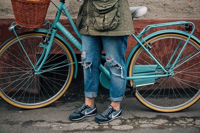 staré kolo a roztrhané kalhoty