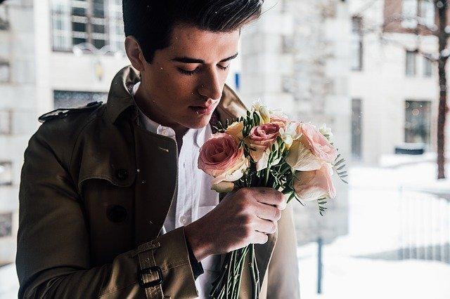 romantický muž s květinou