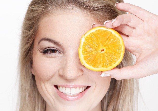 blondýna s pomerančem