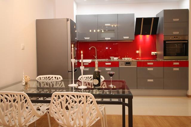 šedočervená kuchyně, jídelní stůl, šampaňské