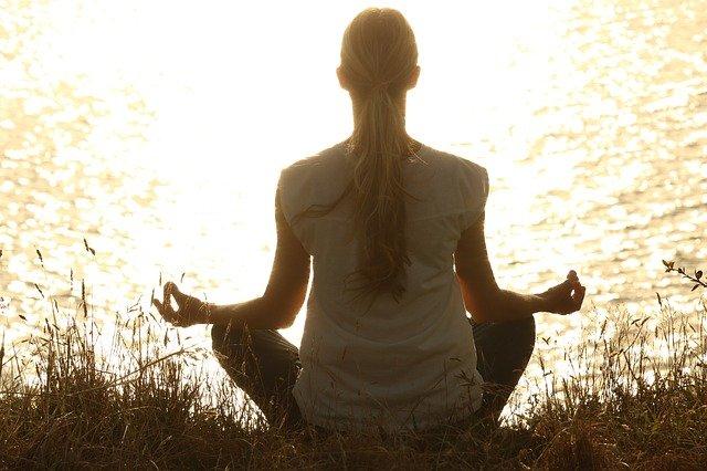 meditace a západ slunce