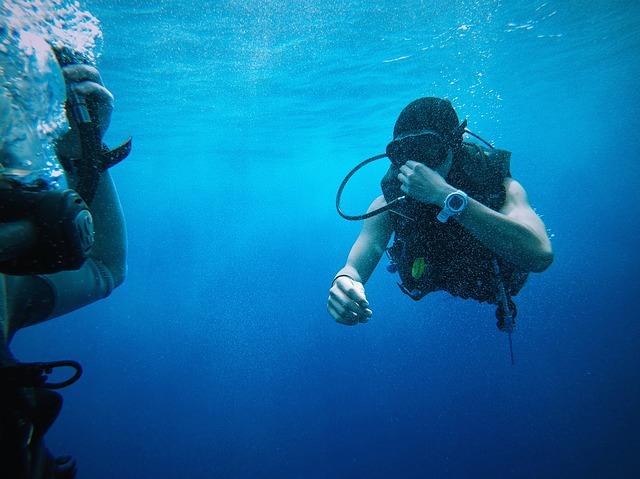 potápěči pod vodou.jpg
