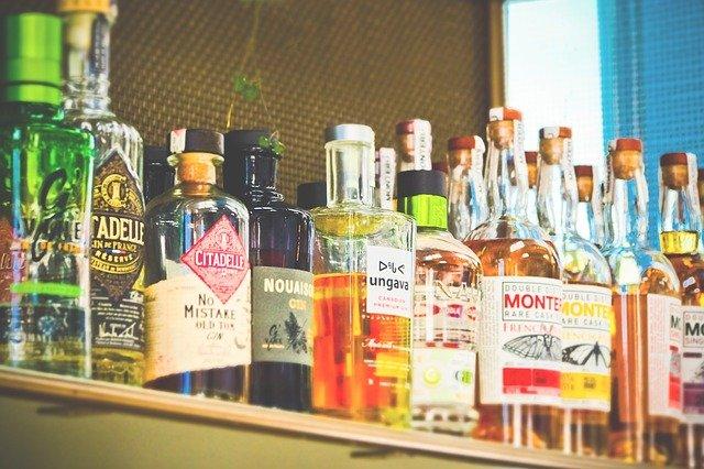 láhve alkoholu