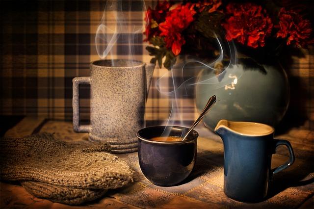 zátiší s kávovými hrnečky