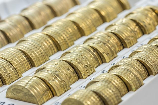kovové peníze v pořadači