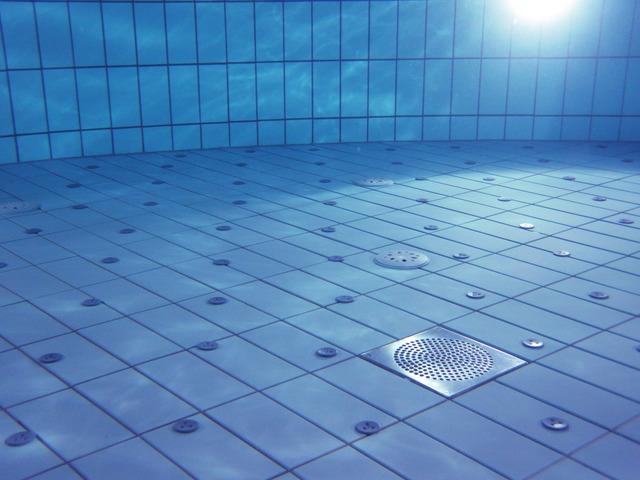 Jasná bazénová voda.jpg
