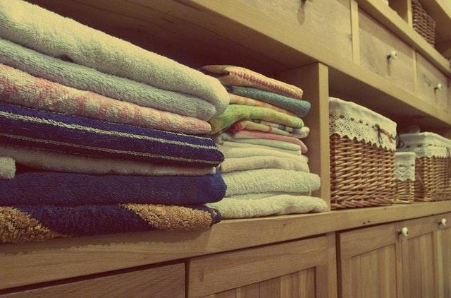 ručníky na polici, šatna.jpg