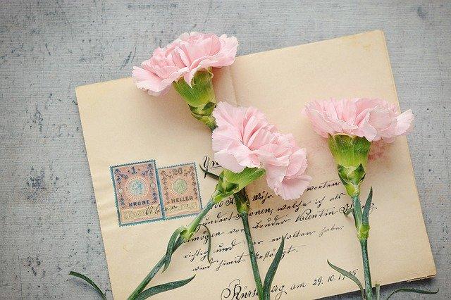 obálka s květinami