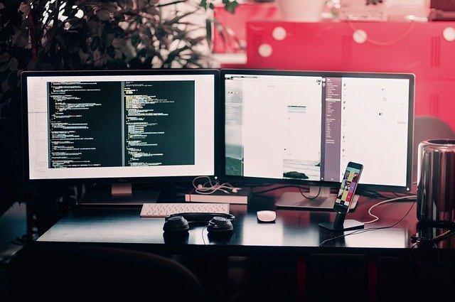 počítače a dva monitory